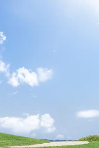 草原の道と青空の写真素材 [FYI04776326]