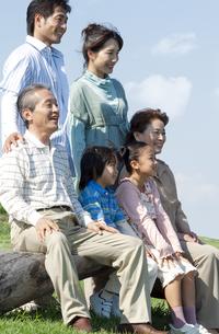 ベンチに座る三世代家族の写真素材 [FYI04776353]
