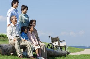 ベンチに座る三世代家族の写真素材 [FYI04776354]