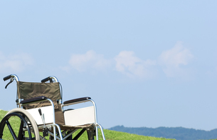 草原の車椅子の写真素材 [FYI04776356]