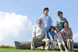 ベンチに座る三世代家族の写真素材 [FYI04776358]