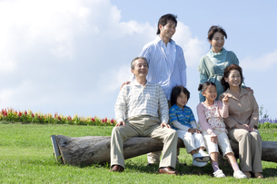 ベンチに座る三世代家族の写真素材 [FYI04776359]