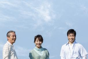 笑顔の夫婦と祖父の写真素材 [FYI04776366]