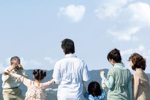 記念撮影をする三世代家族の写真素材 [FYI04776381]