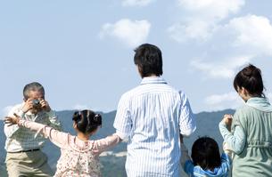 記念撮影をする三世代家族の写真素材 [FYI04776383]