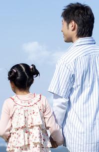 手をつなぐ親子の写真素材 [FYI04776384]