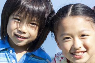 笑顔の男の子と女の子の写真素材 [FYI04776391]