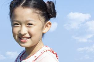 笑顔の女の子の写真素材 [FYI04776392]