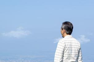 遠くを見つめるシニア男性の写真素材 [FYI04776402]