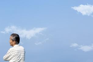 遠くを見つめるシニア男性の写真素材 [FYI04776482]