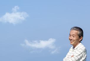 遠くを見つめる笑顔のシニア男性の写真素材 [FYI04776483]