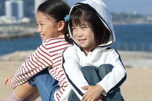笑顔の男の子と女の子の写真素材 [FYI04776489]