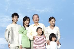 笑顔の3世代家族の写真素材 [FYI04776501]
