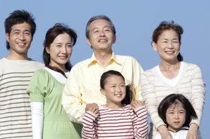 笑顔の3世代家族の写真素材 [FYI04776505]
