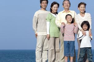 笑顔の3世代家族の写真素材 [FYI04776506]