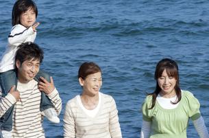 海辺の3世代家族の写真素材 [FYI04776507]