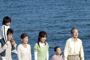 海辺を歩く3世代家族の写真素材 [FYI04776512]