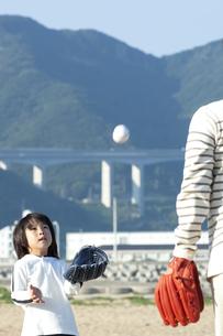 野球をする親子の写真素材 [FYI04776530]