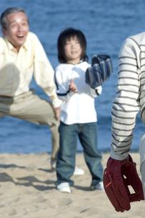 野球をする三世代家族の写真素材 [FYI04776534]