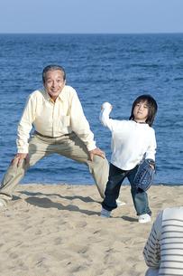 野球をする三世代家族の写真素材 [FYI04776535]