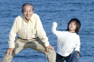 野球をする男の子と祖父の写真素材 [FYI04776536]