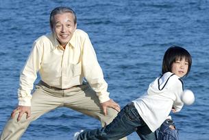 野球をする男の子と祖父の写真素材 [FYI04776537]