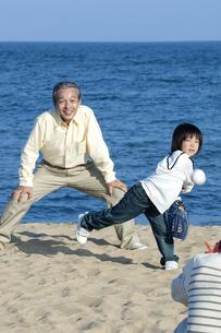 野球をする三世代家族の写真素材 [FYI04776538]