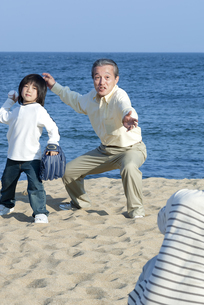 野球をする三世代家族の写真素材 [FYI04776539]