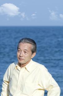 海辺に立つシニア男性の写真素材 [FYI04776540]