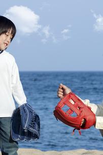 野球をする男の子と父親の写真素材 [FYI04776541]
