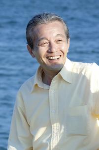 海辺に立つシニア男性の写真素材 [FYI04776549]