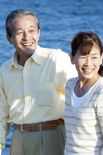 海辺のシニア夫婦の写真素材 [FYI04776550]