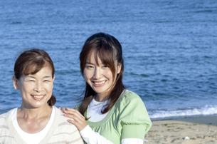 海辺の親子の写真素材 [FYI04776553]