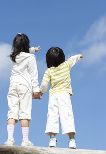 空を指差す女の子と男の子の写真素材 [FYI04776571]