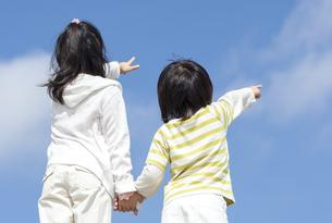 空を指差す女の子と男の子の写真素材 [FYI04776572]