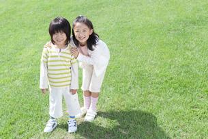 笑顔の女の子と男の子の写真素材 [FYI04776573]