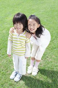 笑顔の女の子と男の子の写真素材 [FYI04776574]