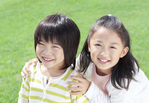 笑顔の女の子と男の子の写真素材 [FYI04776575]