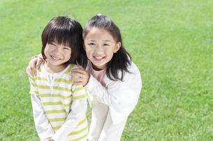 笑顔の女の子と男の子の写真素材 [FYI04776576]
