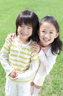 笑顔の女の子と男の子の写真素材 [FYI04776577]