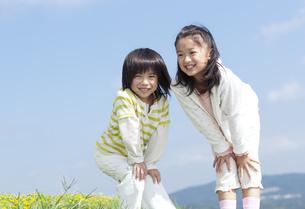 花畑で遊ぶ女の子と男の子の写真素材 [FYI04776581]