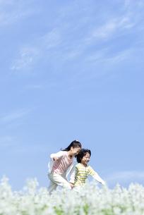 花畑を走る女の子と男の子の写真素材 [FYI04776596]