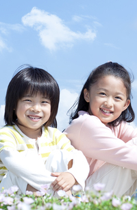 花畑に座る女の子と男の子の写真素材 [FYI04776600]
