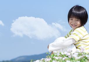 花畑に座る男の子の写真素材 [FYI04776602]