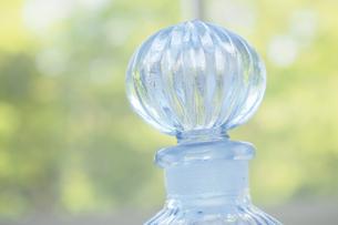 青色のガラス瓶の写真素材 [FYI04776617]