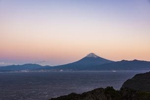 夜明け前の富士山と駿河湾の写真素材 [FYI04776640]