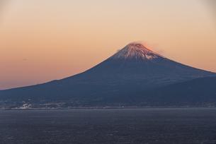 朝日に照る富士山と駿河湾の写真素材 [FYI04776642]