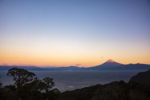 朝日に照る富士山と駿河湾と森の写真素材 [FYI04776644]
