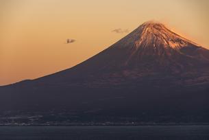 朝日に照る紅富士と駿河湾の写真素材 [FYI04776650]
