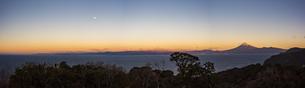 朝日に照る富士山と駿河湾、月のパノラマの写真素材 [FYI04776652]